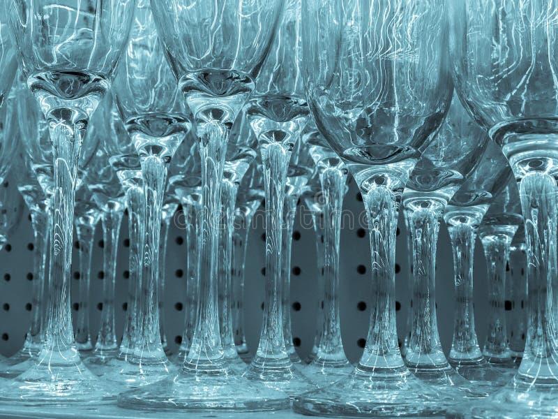 Fragmento hermoso del extracto del primer de la vista de la copa de vino fría azulada del color imagen de archivo
