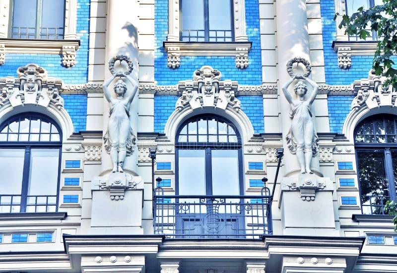 Fragmento impressionante de uma construção em Art Nouveau District em Riga, Letónia fotografia de stock