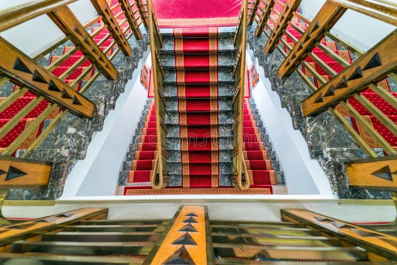 Fragmento interior abstrato, voo de escadas ornamentados, olhando para baixo imagem de stock