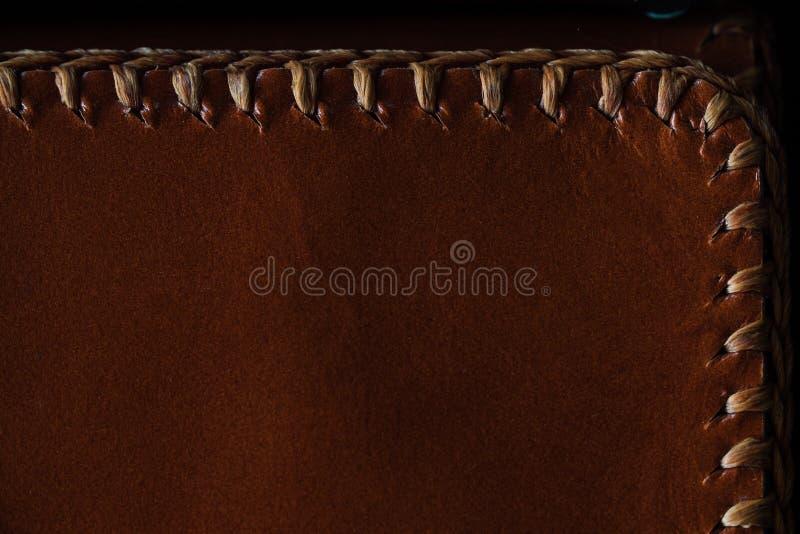 Fragmento macro de un bolso de cuero o de un monedero Hecho a mano, fondo de la textura imagen de archivo libre de regalías