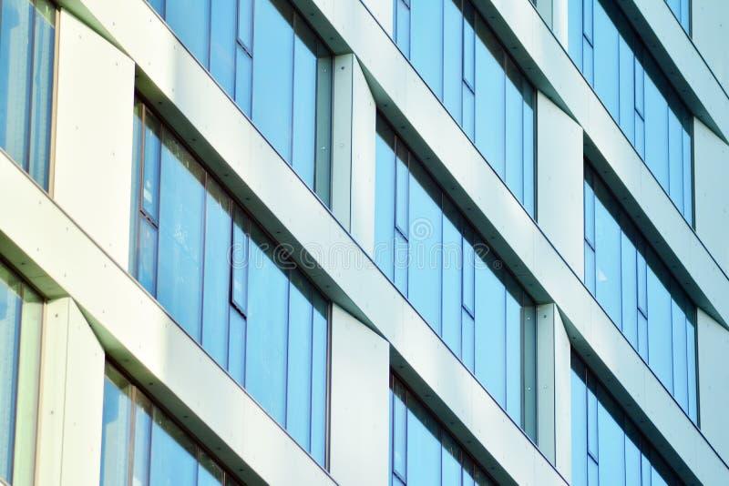 Fragmento moderno del extracto de la fachada del edificio de oficinas, ventanas brillantes en la estructura de acero imagen de archivo