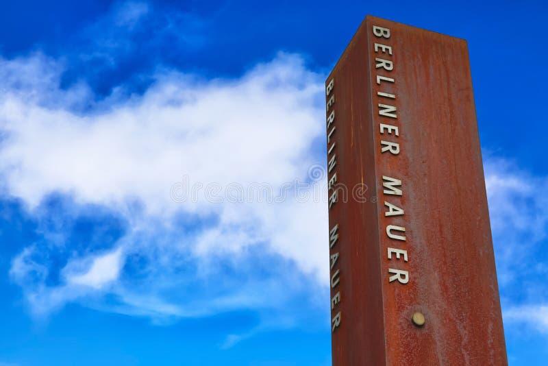 Fragmento oxidado do metal de Berlin Wall Berliner Mauer no fundo do céu azul imagem de stock
