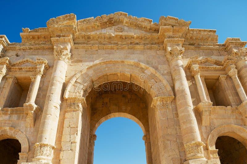 Fragmento superior del arco de Hadrian en la ciudad romana antigua de Gerasa en Jerash, Jordania imágenes de archivo libres de regalías