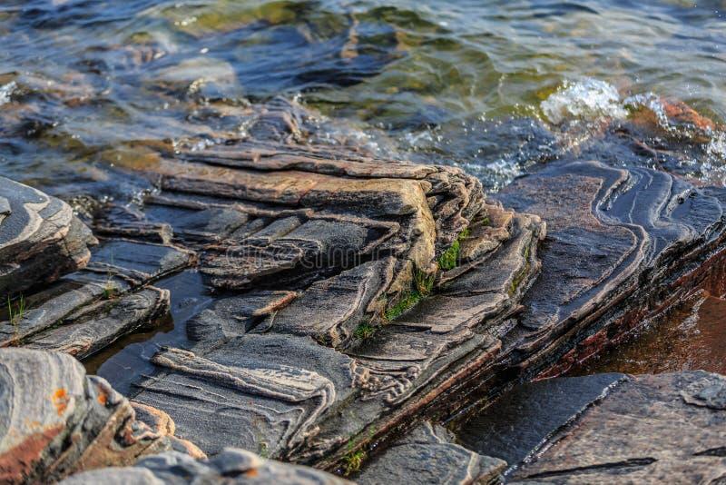 Fragmento surpreendente lindo da ideia do fundo de pedra natural da superfície da rocha na água do lago fotografia de stock royalty free
