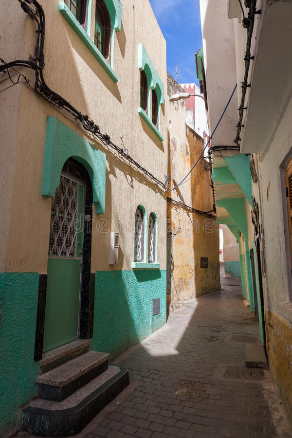 Fragmento vazio colorido da rua Medina, Tânger foto de stock royalty free