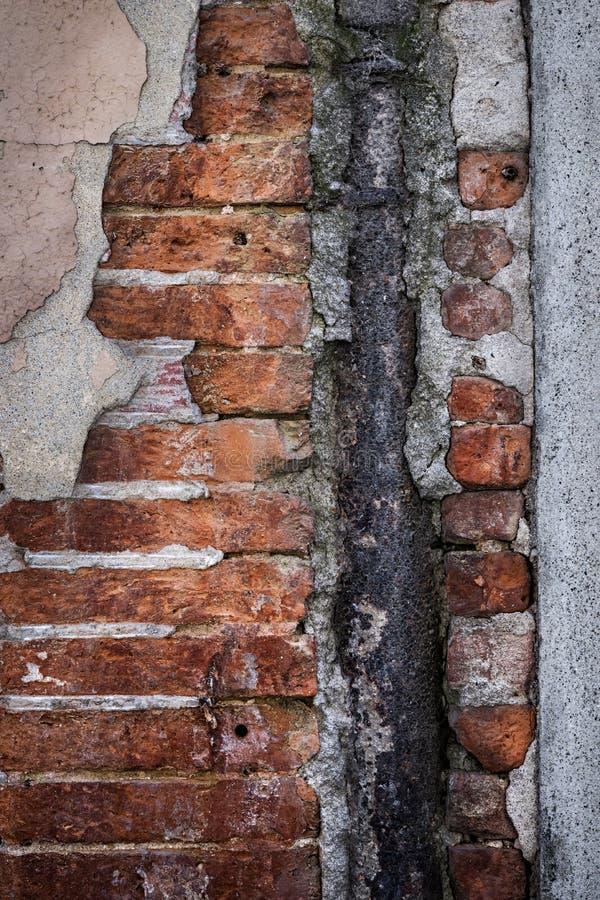 Fragmento velho da parede de tijolo imagens de stock