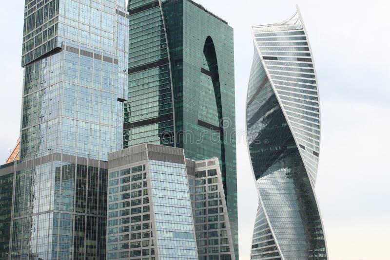 Fragmentos das torres da Moscou-cidade imagens de stock