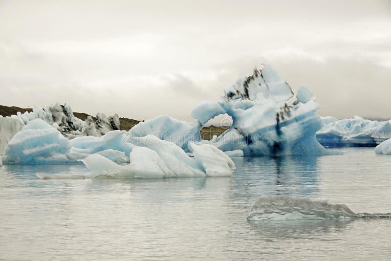 Fragmentos de glaciares en Islandia fotografía de archivo