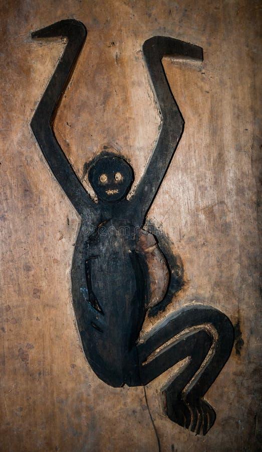Fragmentos de los dibujos de la tribu de Mentawai en una casa tradicional imagenes de archivo