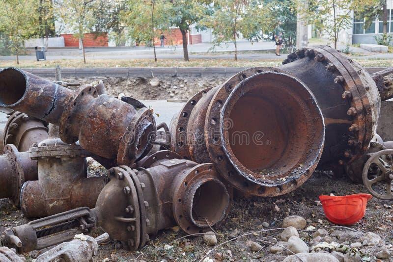 Fragmentos de los tubos grandes viejos para las tuberías de calefacción foto de archivo libre de regalías