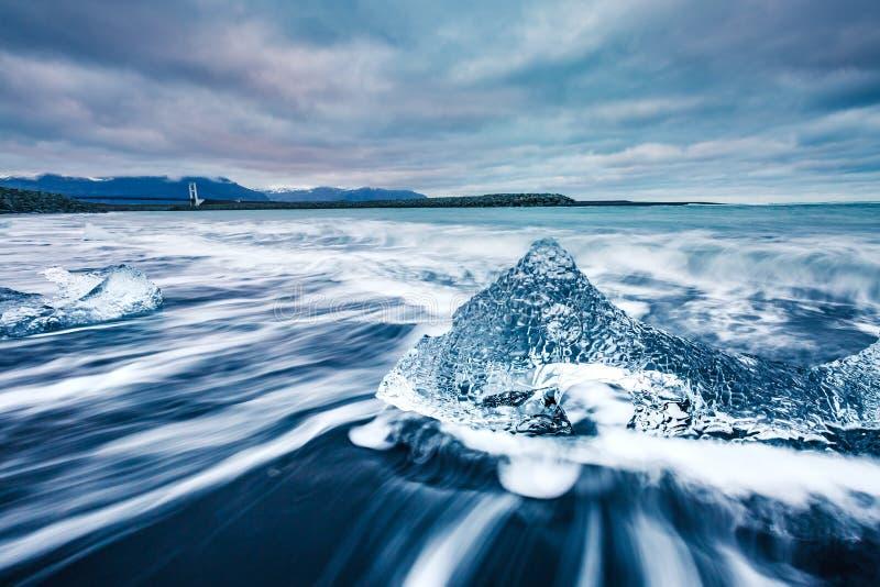 Fragmentos del hielo en la arena negra Atracción turística popular Locatio fotografía de archivo