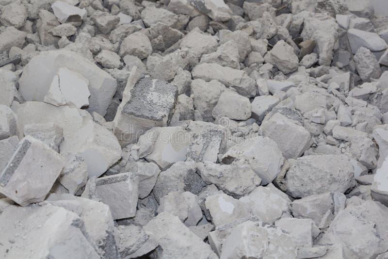Fragmentos do concreto quebrado usado Fundo, as consequências do terremoto foto de stock