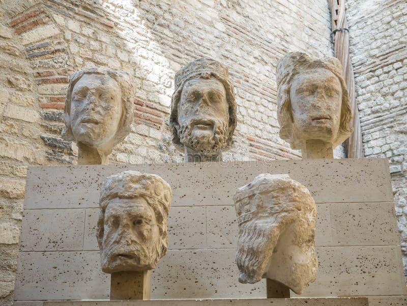Fragments médiévaux de sculpture dans Musee Cluny, Paris images libres de droits