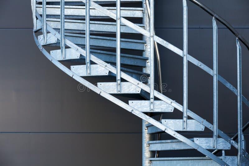Fragmetn da escadaria espiral do metal moderno fotos de stock