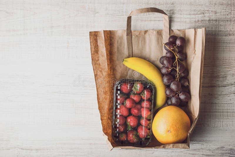 Fragola con frutta differente dentro un orizzontale del sacco di carta immagine stock libera da diritti