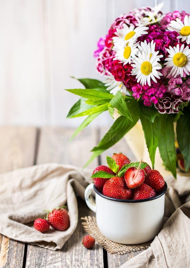 Download Fragola e fiori fotografia stock. Immagine di dessert - 55354944