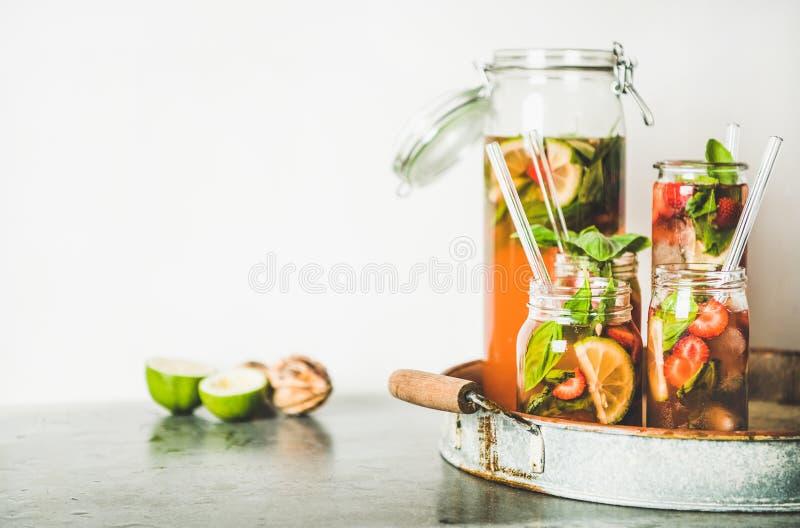 Fragola e limonata casalinghe fresche del basilico sul vassoio del metallo fotografie stock libere da diritti