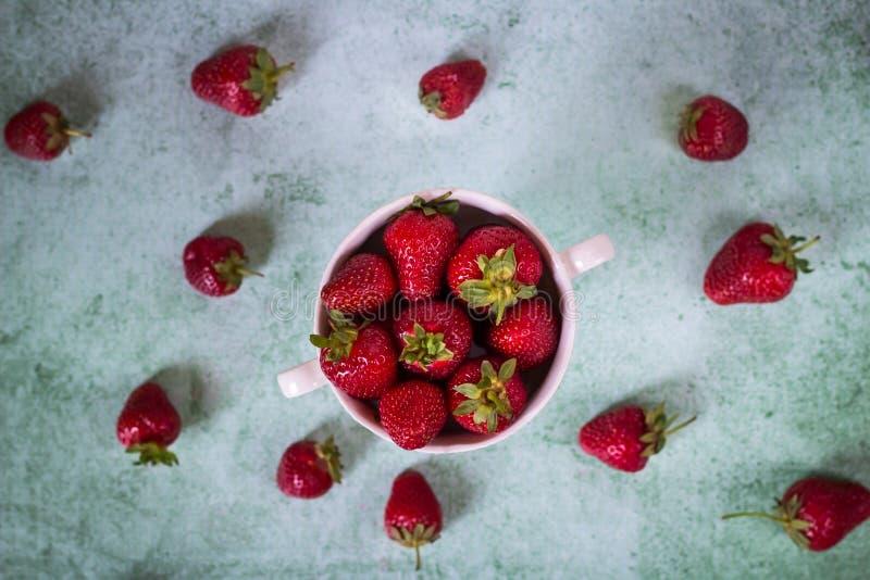 Fragola fresca in ciotola Dessert sano Concetto organico della frutta Fondo di estate immagine stock libera da diritti