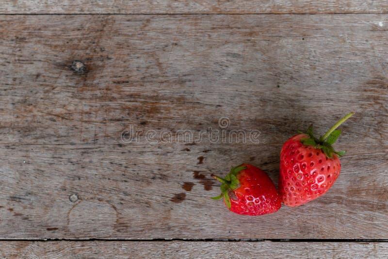 Fragola fresca sul pavimento di legno fotografia stock libera da diritti