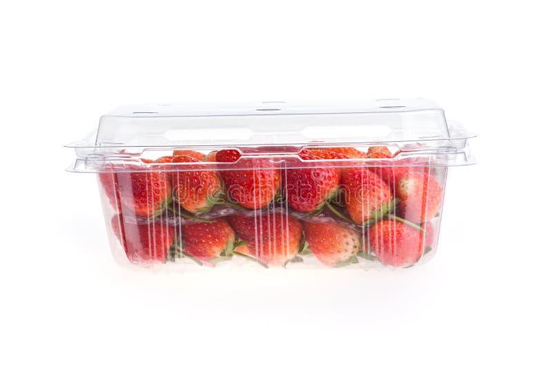 Fragola matura rossa in scatola di plastica di imballaggio fotografie stock libere da diritti