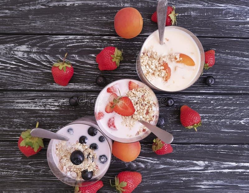 Download Fragola, Muesli Deliziosi Della Farina D'avena Del Yogurt Fresco Organico Dell'albicocca Del Mirtillo Su Un Fondo Di Legno Nero Fotografia Stock - Immagine di frutta, consumo: 117978286