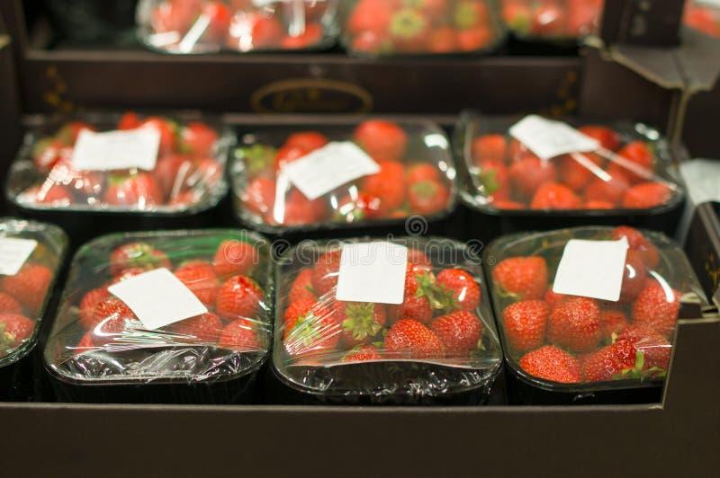 Fragola in piccole caselle in supermercato immagine stock