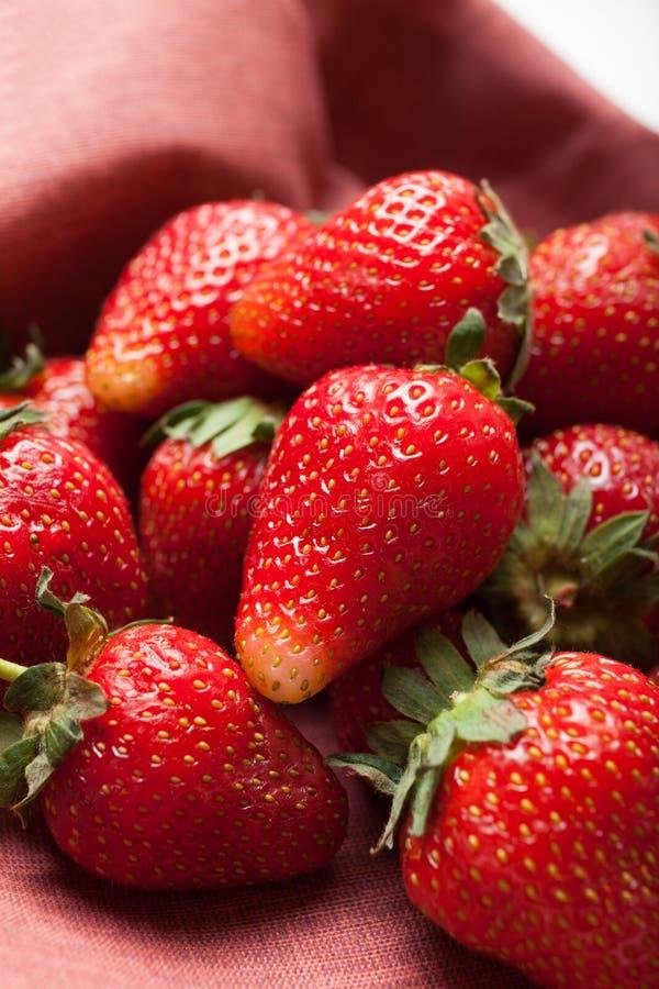 Fragola rossa fresca sulla tavola di legno, frutti organici immagine stock libera da diritti