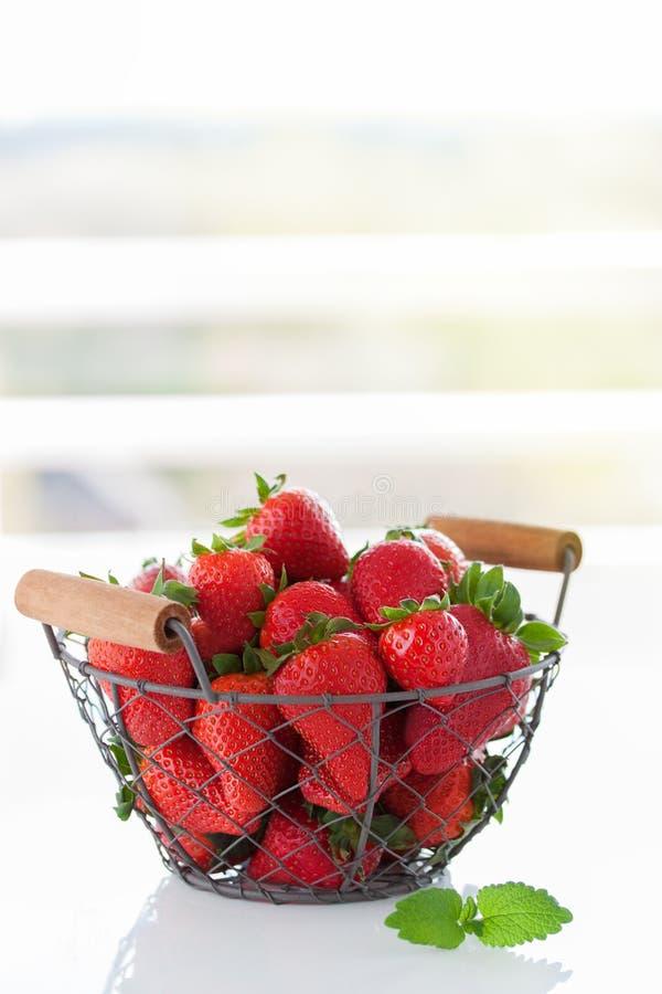Fragola rossa fresca in una cassa su una tavola su un fondo di estate immagine stock libera da diritti