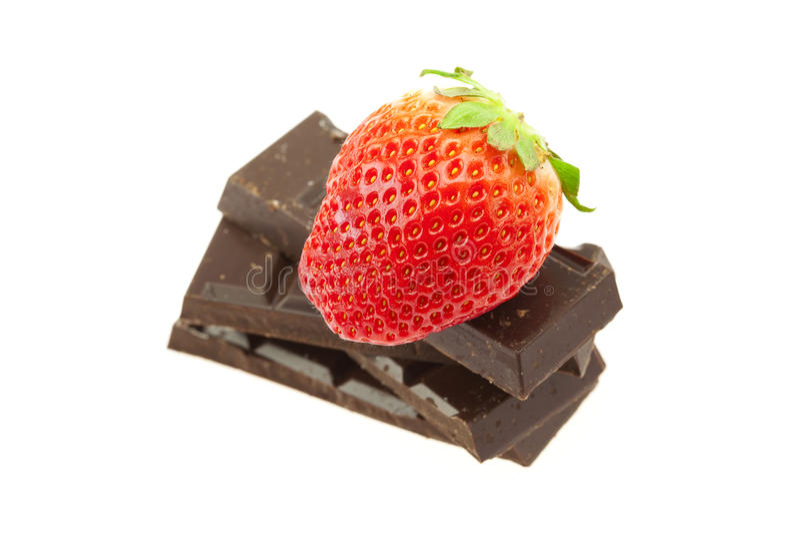 Fragola sulla montagna di cioccolato fotografie stock libere da diritti