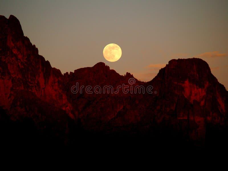 Fragola Supermoon sopra le montagne di superstizione fotografia stock libera da diritti