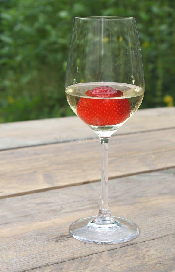 Fragola in un vetro di vino bianco fotografia stock libera da diritti