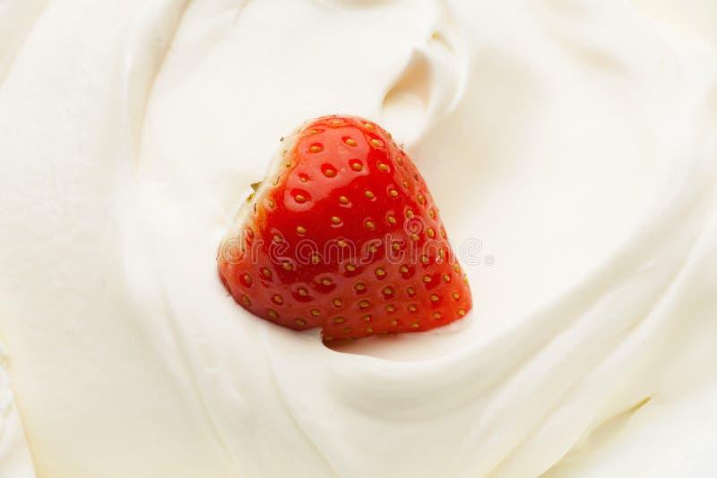 Fragola in yogurt immagini stock libere da diritti
