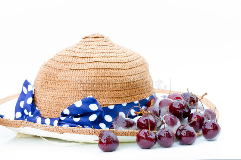Fragole e cappello congelati bacche sulla tavola bianca fotografia stock libera da diritti
