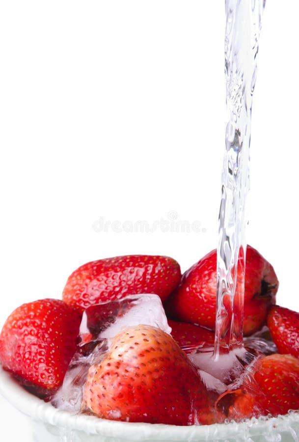 Fragole ed acqua fotografia stock