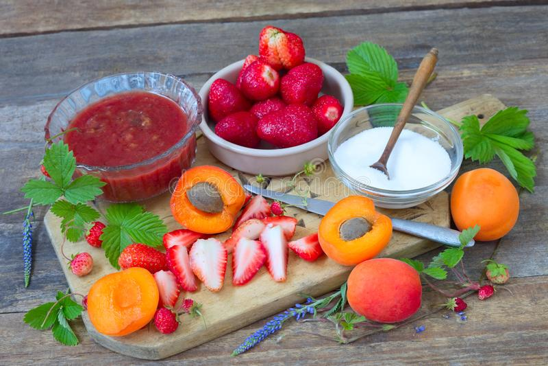 Fragole ed albicocche fresche fotografie stock