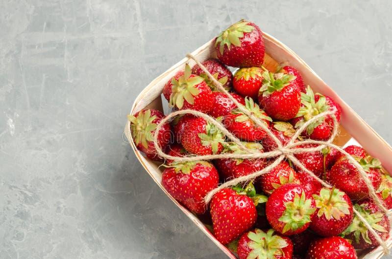 Fragole fresche in un canestro, bacca rossa, soltanto da un letto del giardino Raccolta dolce fotografia stock