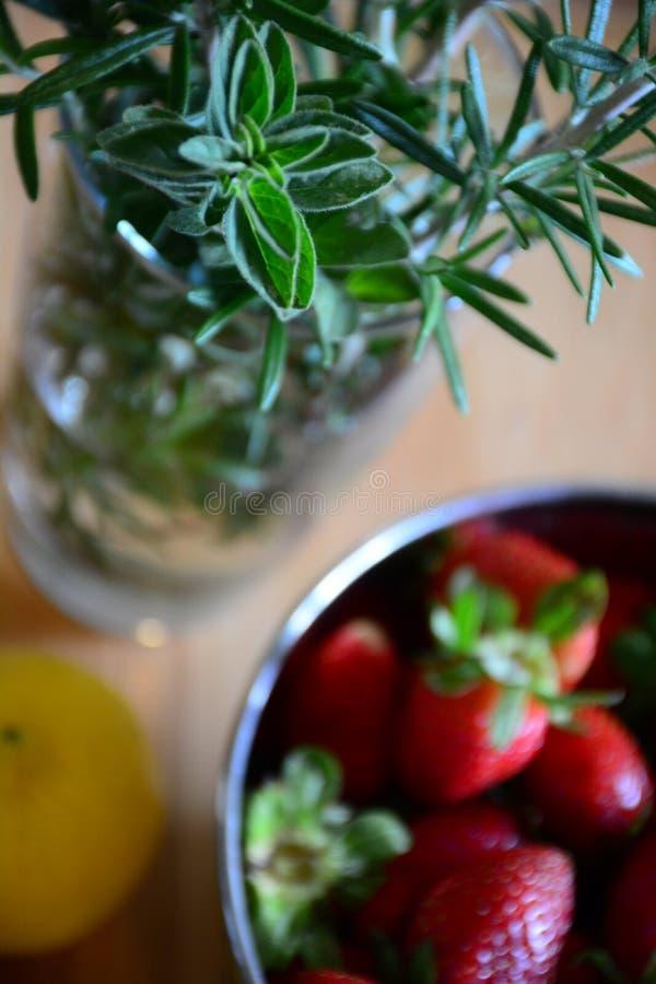 Download Fragole, limoni ed erbe immagine stock. Immagine di drogheria - 55360637
