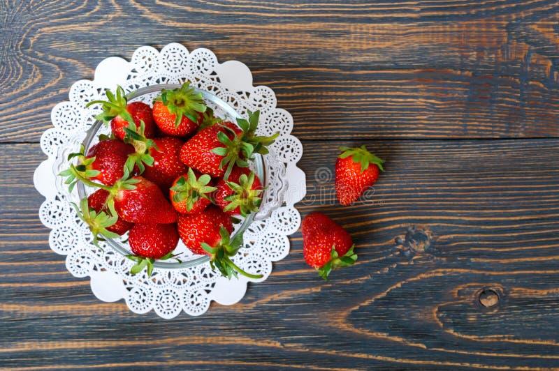 Fragole mature fresche in una ciotola su una tavola di legno Il raccolto appena raccolto fotografie stock libere da diritti
