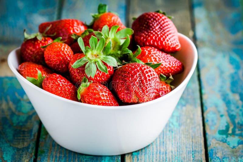 Fragole organiche mature fresche in una ciotola bianca immagini stock