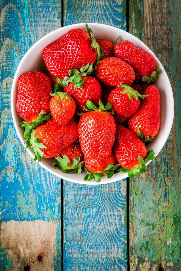 Fragole organiche mature fresche in una vista superiore della ciotola bianca immagini stock libere da diritti