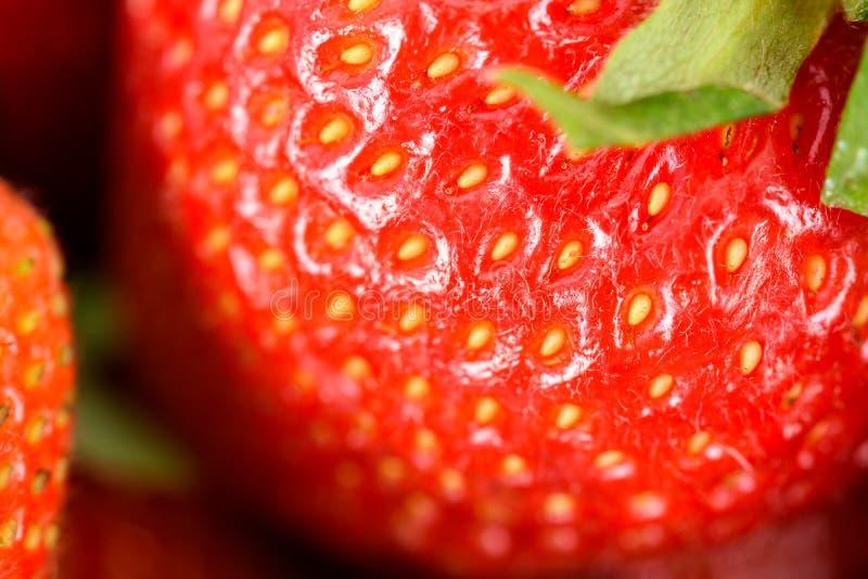 Fragole rosse fresche nel mercato di frutta immagini stock libere da diritti