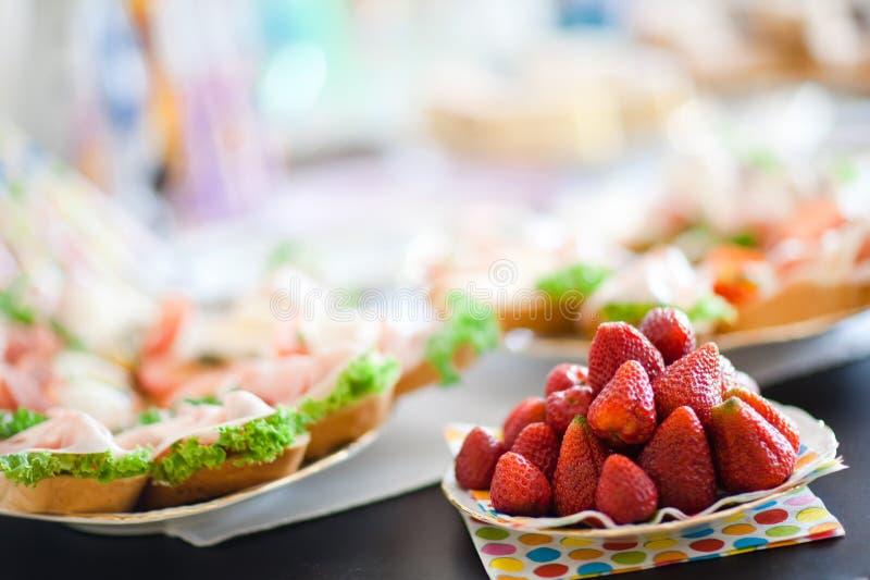 Fragole sulla tavola prima della celebrazione di compleanno - estate immagini stock libere da diritti
