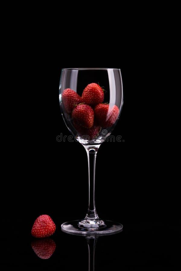 Fragole in un bicchiere di vino fotografia stock libera da diritti