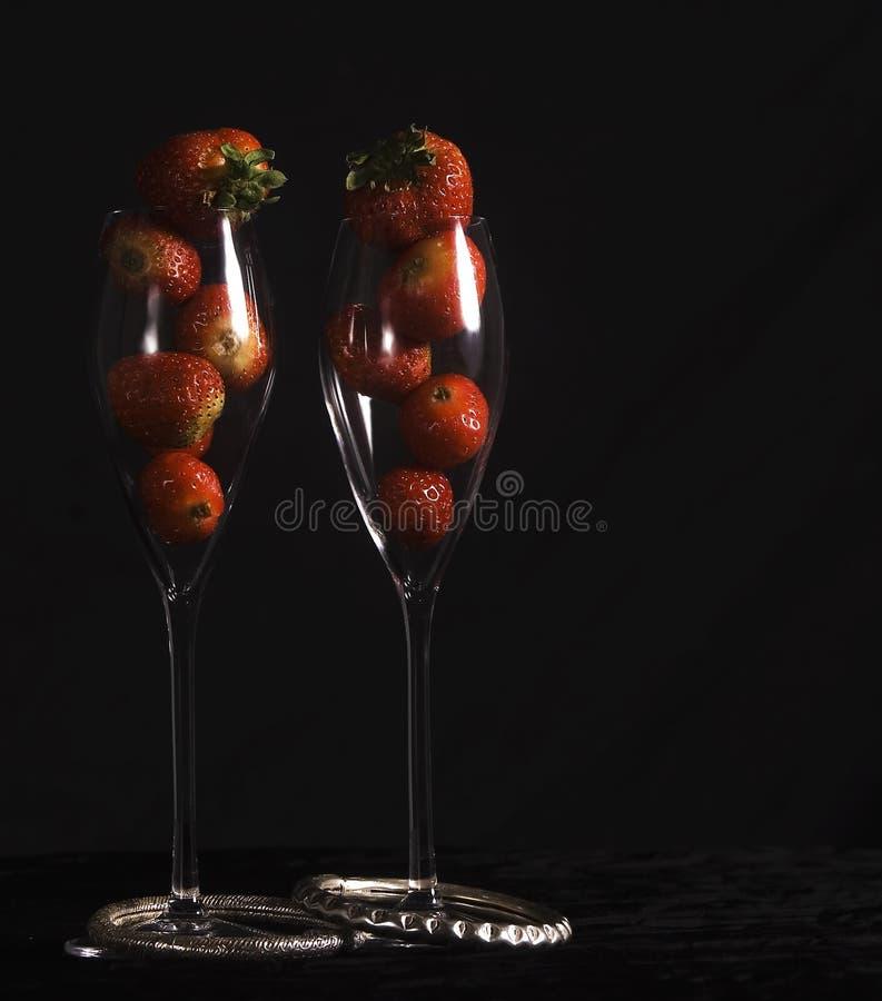 Fragole in vetri di vino fotografie stock libere da diritti