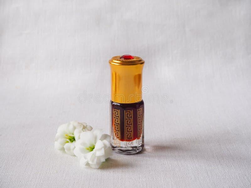 Fragrâncias árabes do perfume do attar do oud ou do óleo do agarwood em umas mini garrafas fotografia de stock royalty free