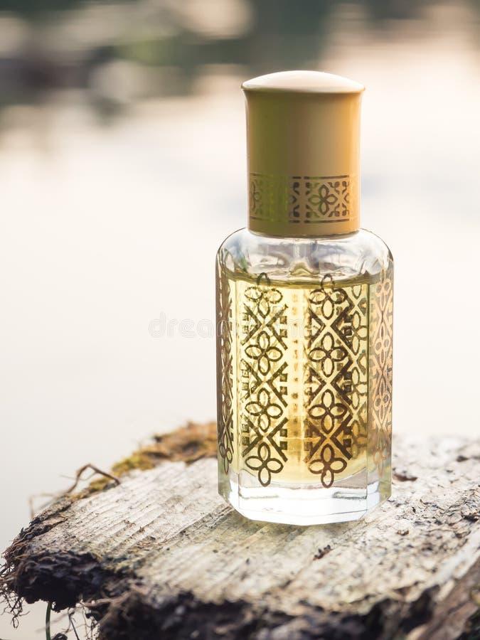 Fragrâncias árabes do perfume do attar do oud ou do óleo do agarwood na mini garrafa foto de stock