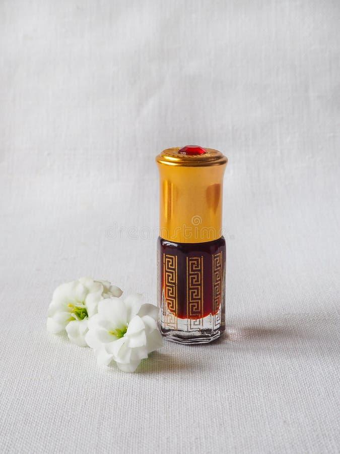 Fragranze arabe del profumo dell'essenza di oud o dell'olio del agarwood in mini bottiglie immagine stock libera da diritti