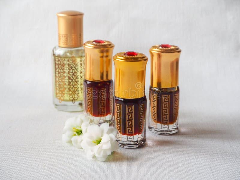 Fragranze arabe del profumo dell'essenza di oud o dell'olio del agarwood in mini bottiglie fotografia stock
