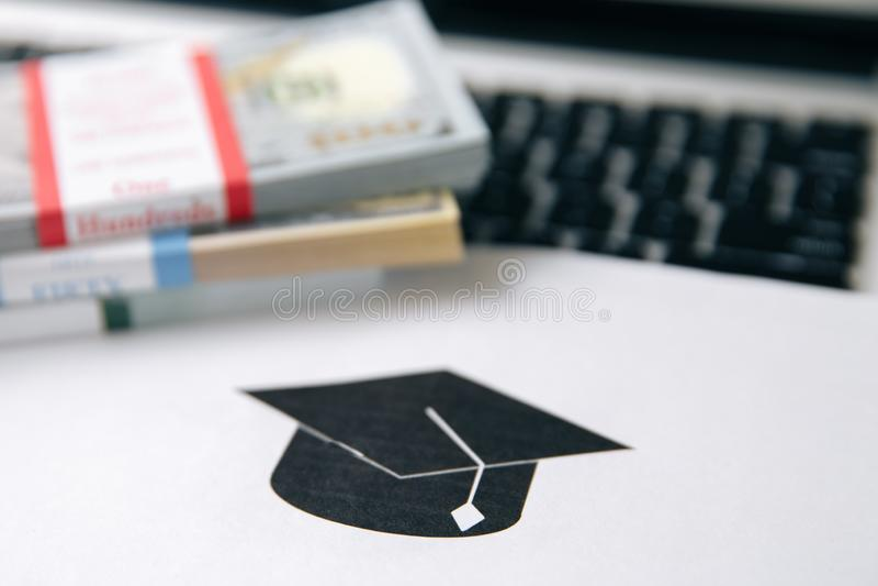 Frais de scolarité ou prêt d'étudiant avec la calculatrice Prix d'éducation, université de fonds de l'épargne, et concept de dépe photo stock