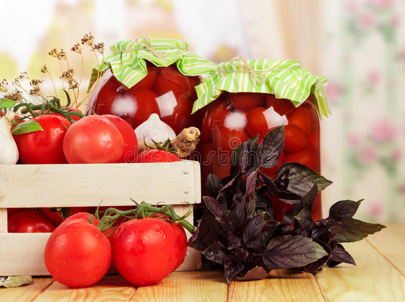 Frais en boîte en bois et tomates en boîte par boîtes, épices d'isolement images stock